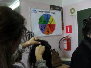 Студенты обучаются основным женским стрижкам